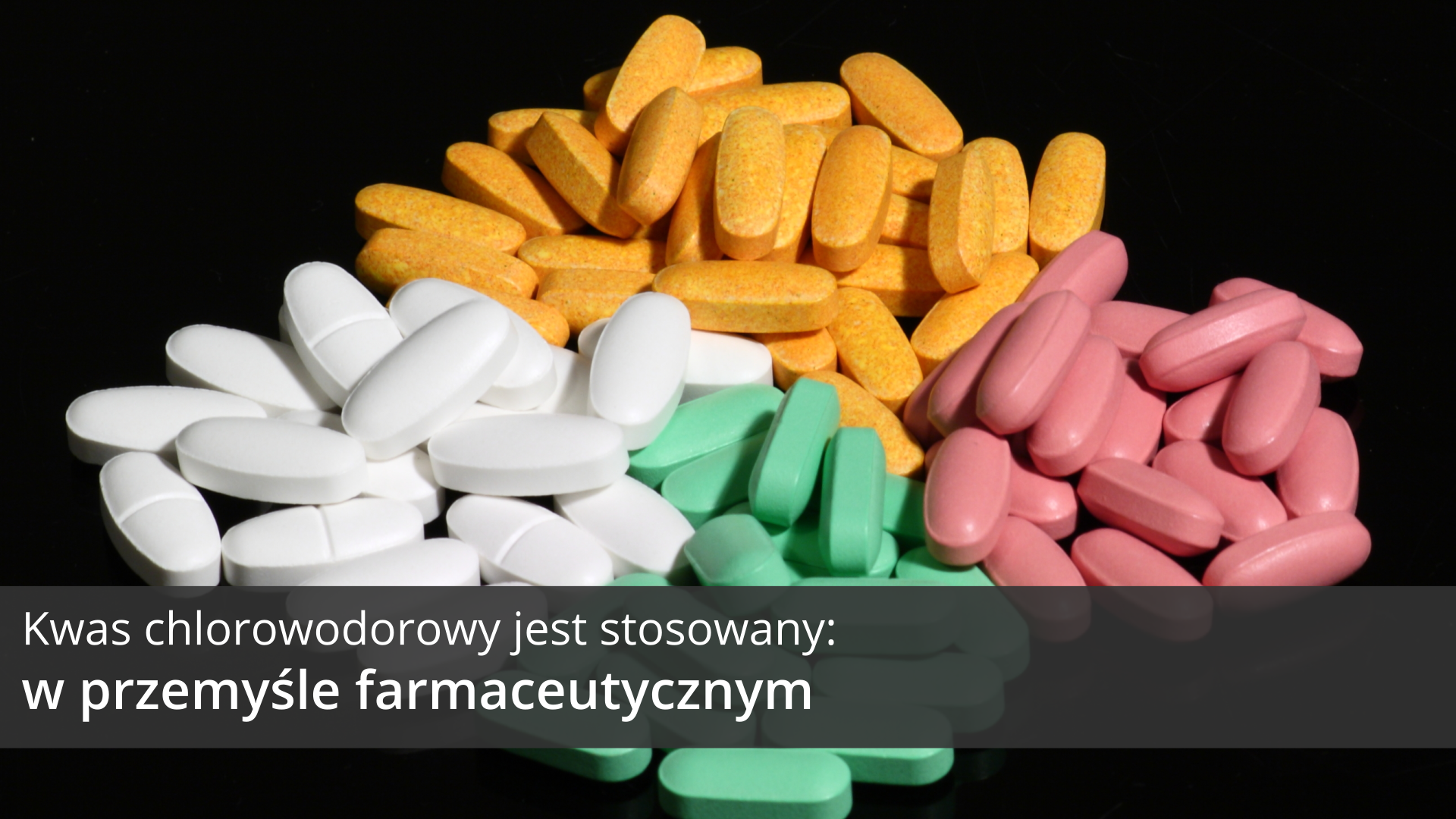 Siódma ilustracja galerii przedstawia zdjęcie lekarstw bez opakowań. Podłużne pastylki wczterech różnych kolorach usypane wcztery sąsiadujące ze sobą sterty. Na tle obrazka wdolnej części ilustracji znajduje się ciemnoszary pasek, na którym umieszczono jasny napis: Kwas chlorowodorowy jest stosowany wprzemyśle farmaceutycznym.