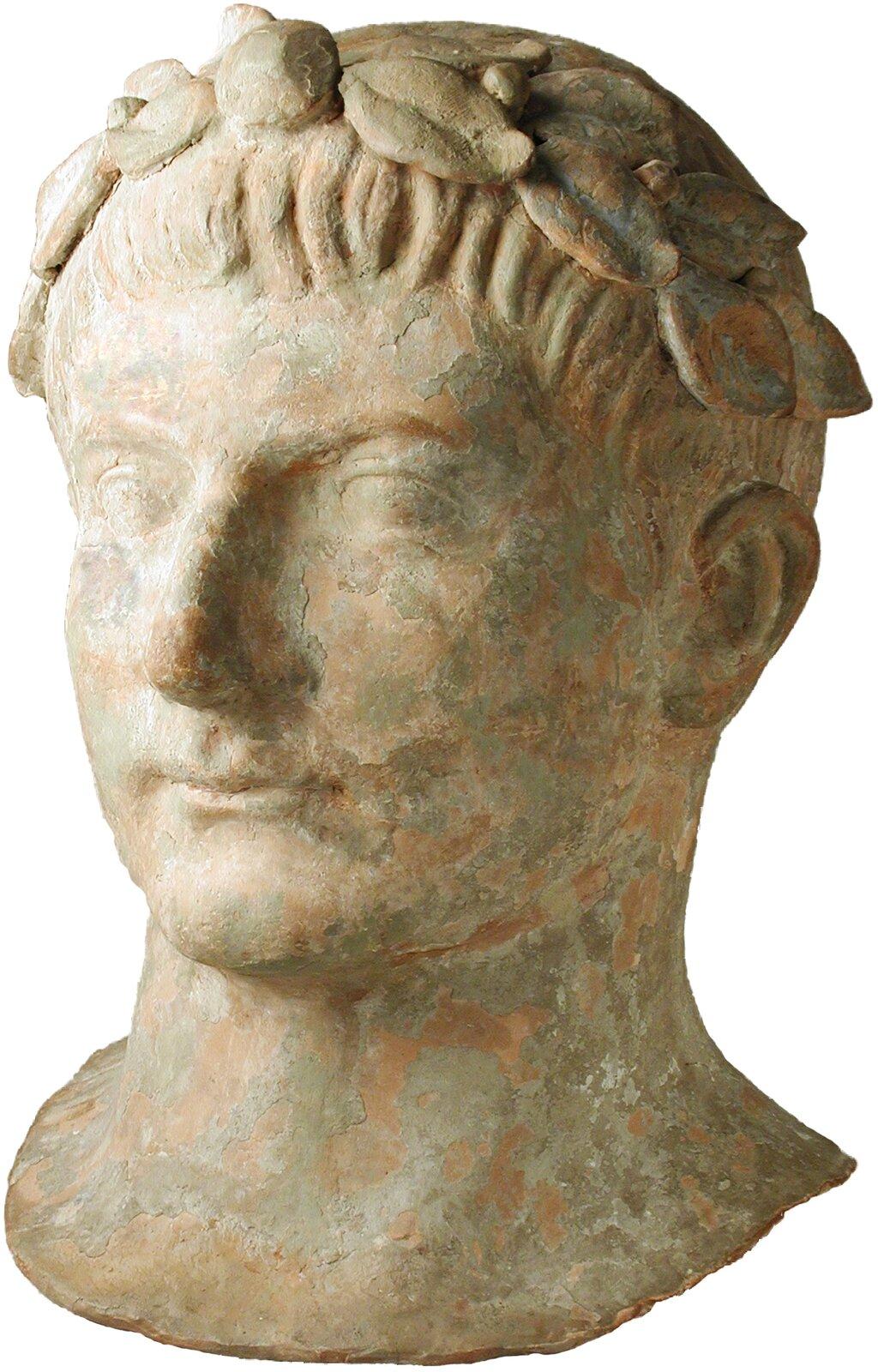 Głowa mężczyzny wwieńcu zliści laurowych – rzymska rzeźba zII wieku p.n.e., przechowywana obecnie wOkręgowym Muzeum Sztuki wLos Angeles Głowa mężczyzny wwieńcu zliści laurowych – rzymska rzeźba zII wieku p.n.e., przechowywana obecnie wOkręgowym Muzeum Sztuki wLos Angeles Źródło: domena publiczna.