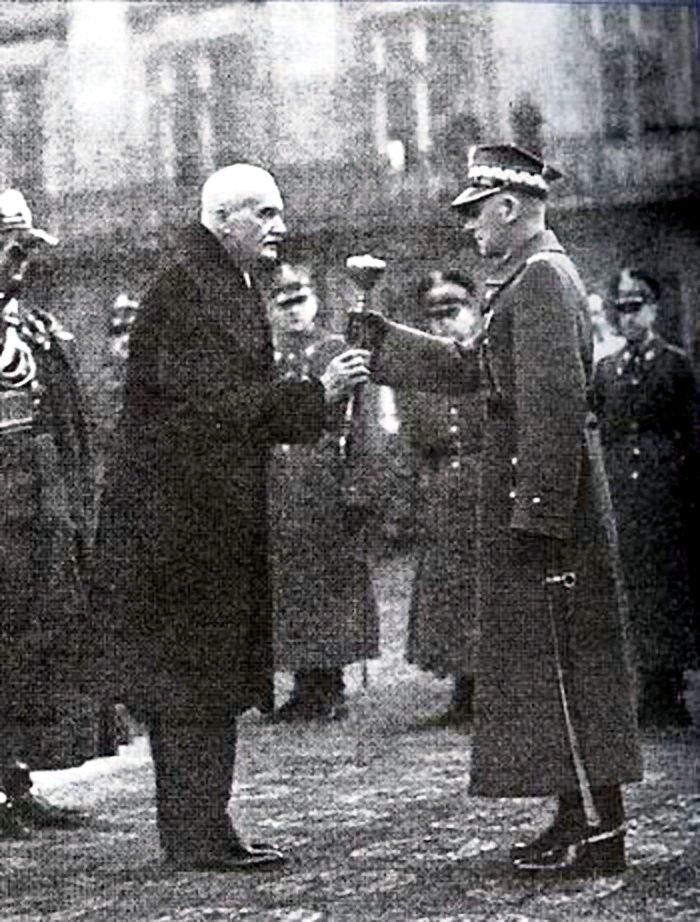 Edward Rydz-Śmigły przyjmuje buławę marszałkowską zrąk prezydenta Ignacego Mościckiego, 10 listopada 1936 Edward Rydz-Śmigły przyjmuje buławę marszałkowską zrąk prezydenta Ignacego Mościckiego, 10 listopada 1936 Źródło: domena publiczna.