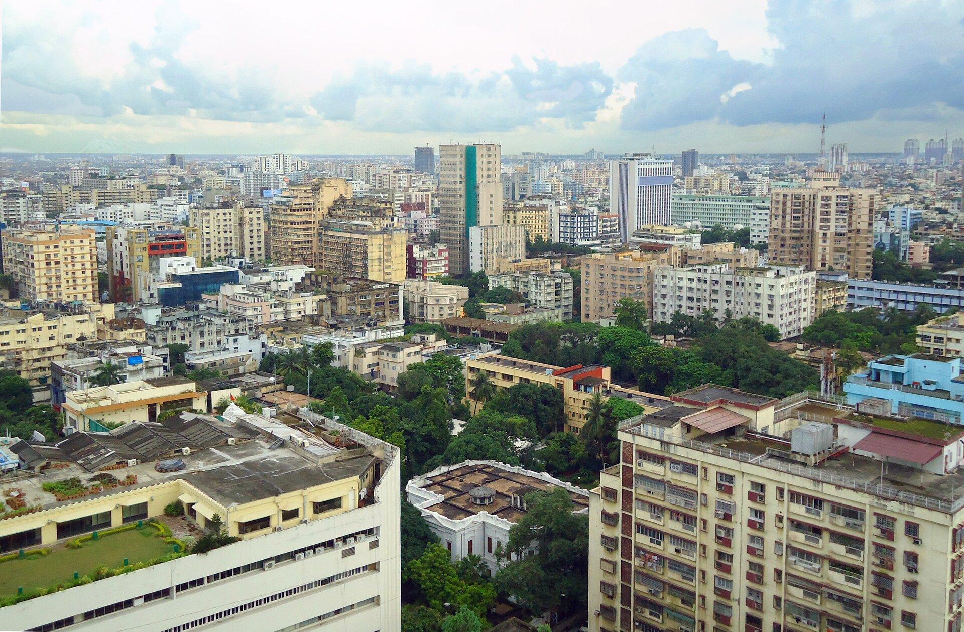 Gęsta, nowoczesna, wysoka zabudowa miejska.
