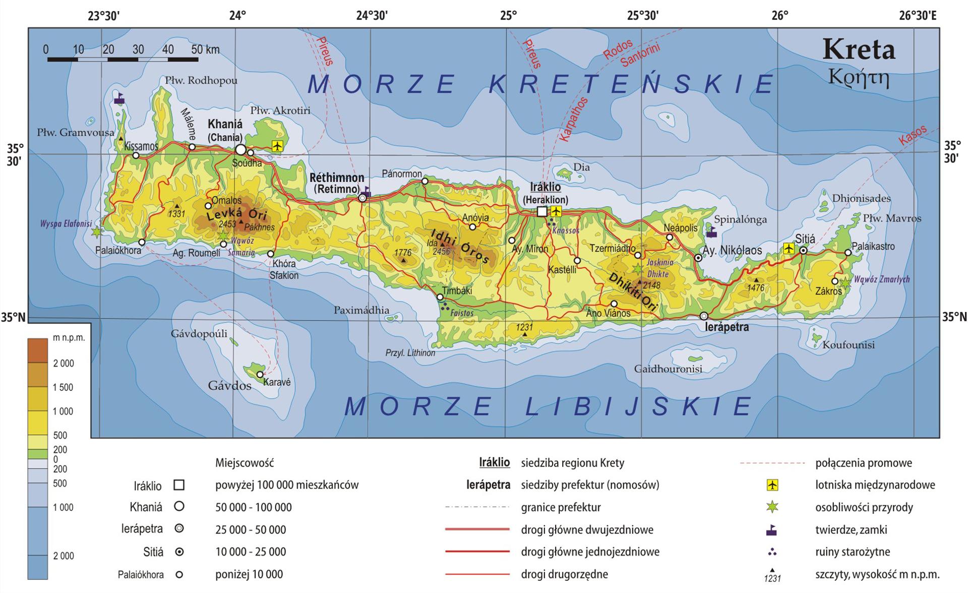 Ilustracja przedstawia mapę wyspy Kreta. Wyspa znajduje się wśrodkowej części mapy. Kreta rozciąga się wpoziomie od lewej do prawej krawędzi mapy. Kształt wyspy to wydłużony poziomo pas oszerokości około dwa centymetry idługości około dziesięć centymetrów. Poniżej mapy legenda. Wzdłuż mapy, na białej ramce, naniesione są współrzędne geograficzne. Mapa pokryta jest równoleżnikami ipołudnikami. Równoleżniki ipołudniki ułożone są prostopadle do siebie. Powierzchnię wyspy pokrywają głównie kolory żółty, pomarańczowy izielony. Kolor pomarańczowy to najwyższe wzniesienia na wyspie. Wokół wyspy kolor niebieski. Poniżej wyspy, wkierunku południa, znajduje się Morze Libijskie. Powyżej wyspy, wkierunku północnym, znajduje się Morze Kreteńskie. Legenda poniżej mapy zawiera informacje dotyczące miejscowości, liczby mieszkańców, sposobu transportu oraz inne symbole. Lewa strona legendy to prostokątny pionowy pasek. Pasek podzielony na kilka kolorów. Udołu niebieski, środek zielony, powyżej żółty ina górze pomarańczowy. Kolory zielone, żółte iczerwone wskazują wzniesienie wmetrach nad poziomem morza. Kolory niebieskie pokazują głębokości morza. Na prawo geometryczne symbole wskazują miasta iliczbę mieszkańców. Kwadrat to Irakilo zliczbą mieszkańców ponad sto tysięcy. Poniżej mniejsze kułeczka zmniejszą liczbą mieszkańców. Na prawo trzy rodzaje poziomych czerwonych linii. To drogi główne dwujezdniowe, jednojezdniowe, oraz drugorzędne. Trzecia kolumna na prawo pozostałe symbole. Żółty kwadrat zczarnym samolotem wewnątrz to symbol lotniska. Zielona gwiazdka to osobliwości przyrody.