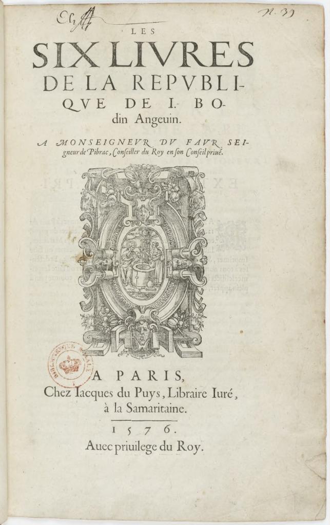 """Karta tytułowa najważniejszego dzieła """"Sześć Ksiąg oRepublice"""" z1576 r. Karta tytułowa najważniejszego dzieła """"Sześć Ksiąg oRepublice"""" z1576 r. Źródło: Jean Bodin, 1576, domena publiczna."""