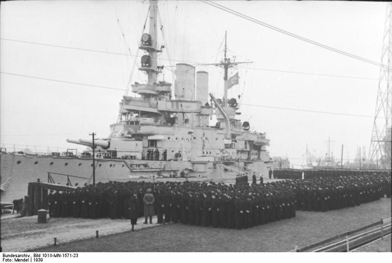 """Pancernik""""Schleswig-Holstein"""" ze swoją załogą w1939 roku. Pancernik""""Schleswig-Holstein"""" ze swoją załogą w1939 roku. Źródło: licencja: CC BY-SA 3.0."""