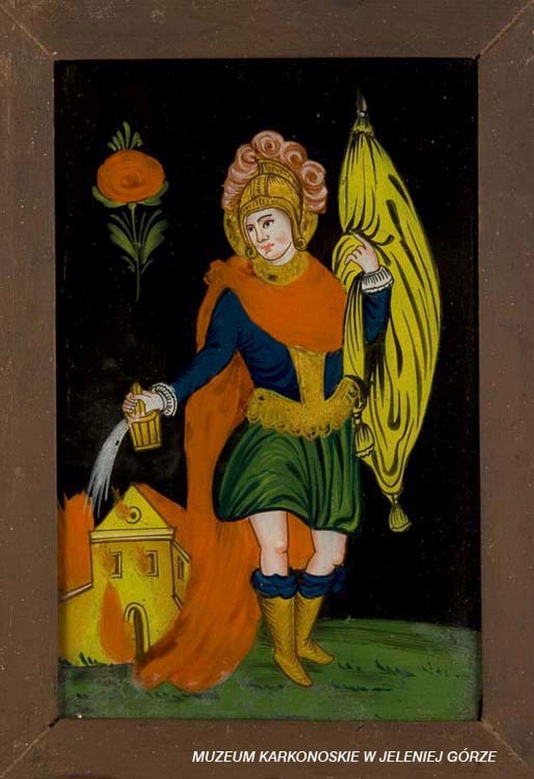Ilustracja przedstawia malowidło na szkle, które ukazuje świętego Floriana. Postać gasi pożar kościoła. Florian ma na sobie strażacki strój - niebiesko-zielony mundur iczerwoną, długą pelerynę. Głowę zdobi złoty hełm zdobiony pióropuszem. Wlewej ręce trzyma sztandar. Czarne tło zdobi czerwony kwiat.