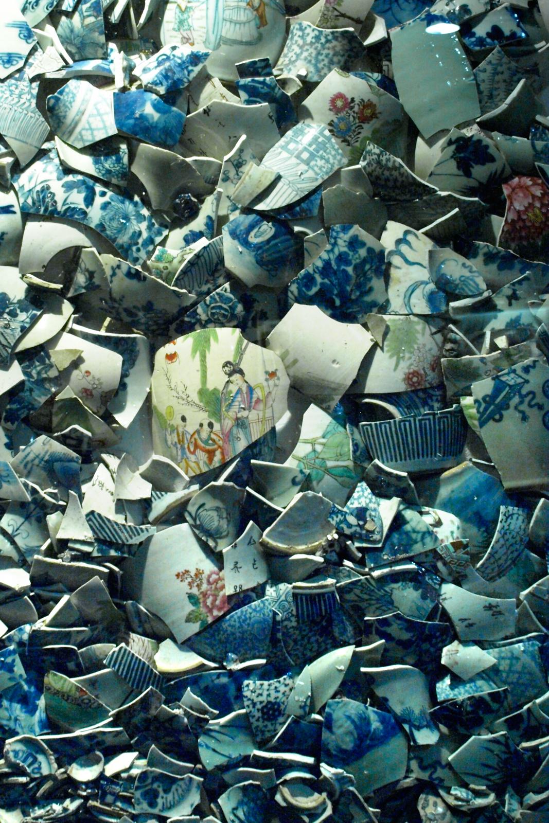 Zdjęcie stłuczonych przedmiotów zporcelany, celem jest pokazanie kruchości materiału