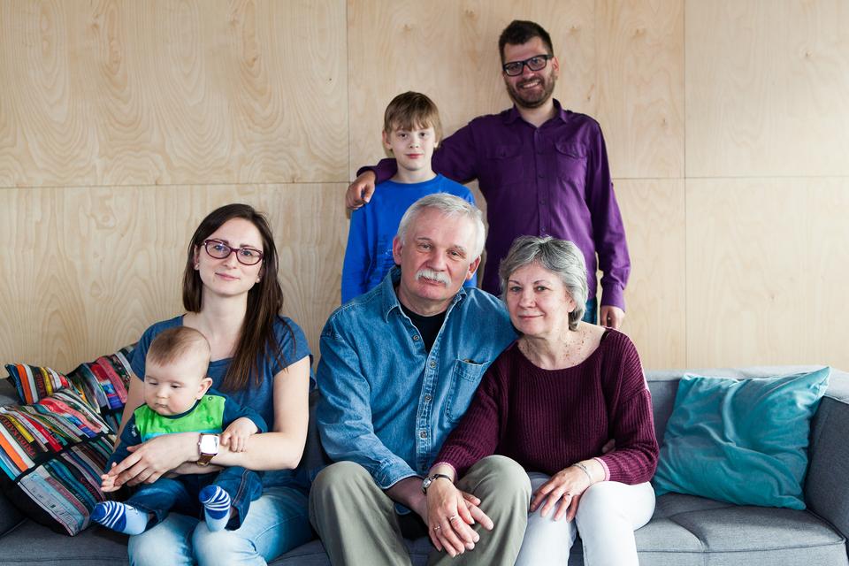 Fotografia przedstawia rodzinę wielopokoleniową - dwoje dziadków, rodziców oraz dwójkę dzieci.