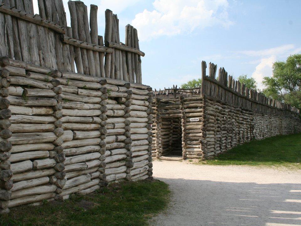 Gród wBiskupinie Gród wBiskupinie Źródło: Einsamer Schütze, Wikimedia Commons, licencja: CC BY-SA 3.0.