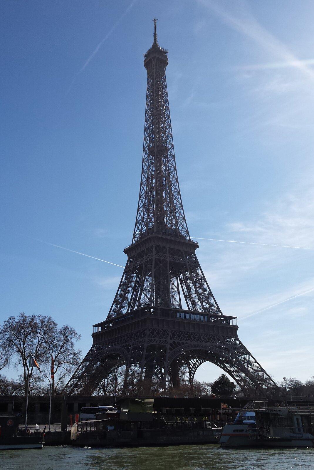 Zdjęcie fragmentu wieży Eiffla.