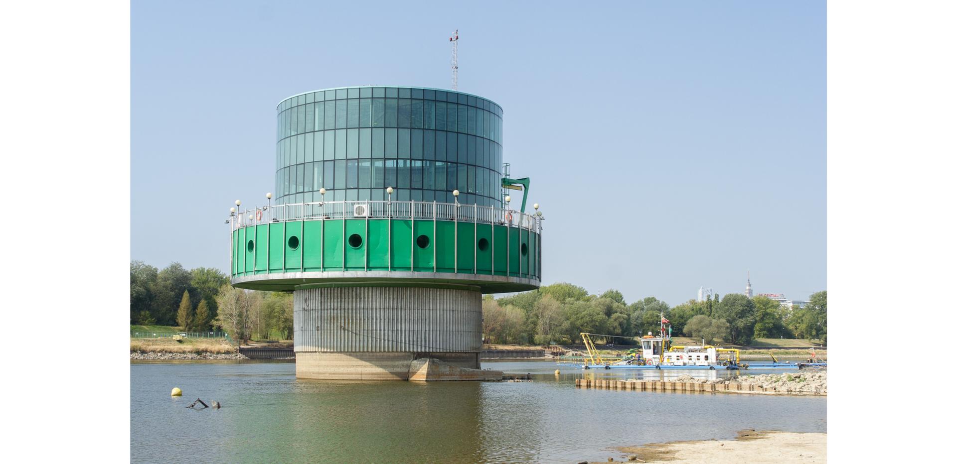 Ilustracja przedstawia ujęcie wWarszawie - Gruba Kaśka - największa studnia infiltracyjna na świecie.
