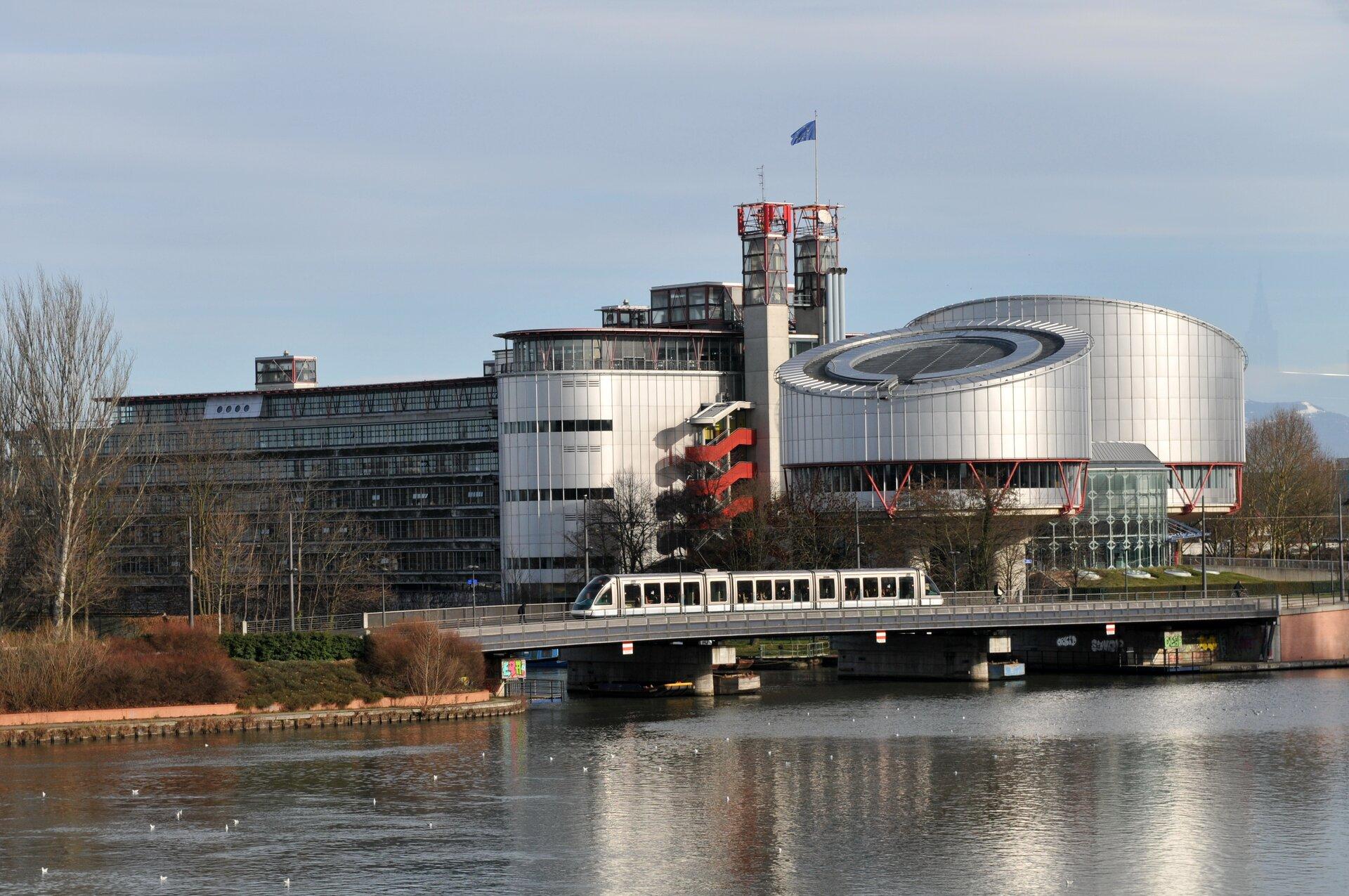 Gmach Europejskiego Trybunału Praw Człowieka wStrasburgu Źródło: Ralf Roletschek, Gmach Europejskiego Trybunału Praw Człowieka wStrasburgu, licencja: CC BY 3.0.