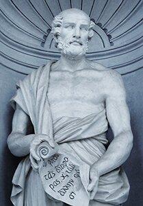 Fotografia przedstawia górną część posągu przedstawiającego Teofrasta. Mężczyzna wśrednim wieku, ubrany wtogę, zodsłoniętymi częściowo ramionami itorsem.