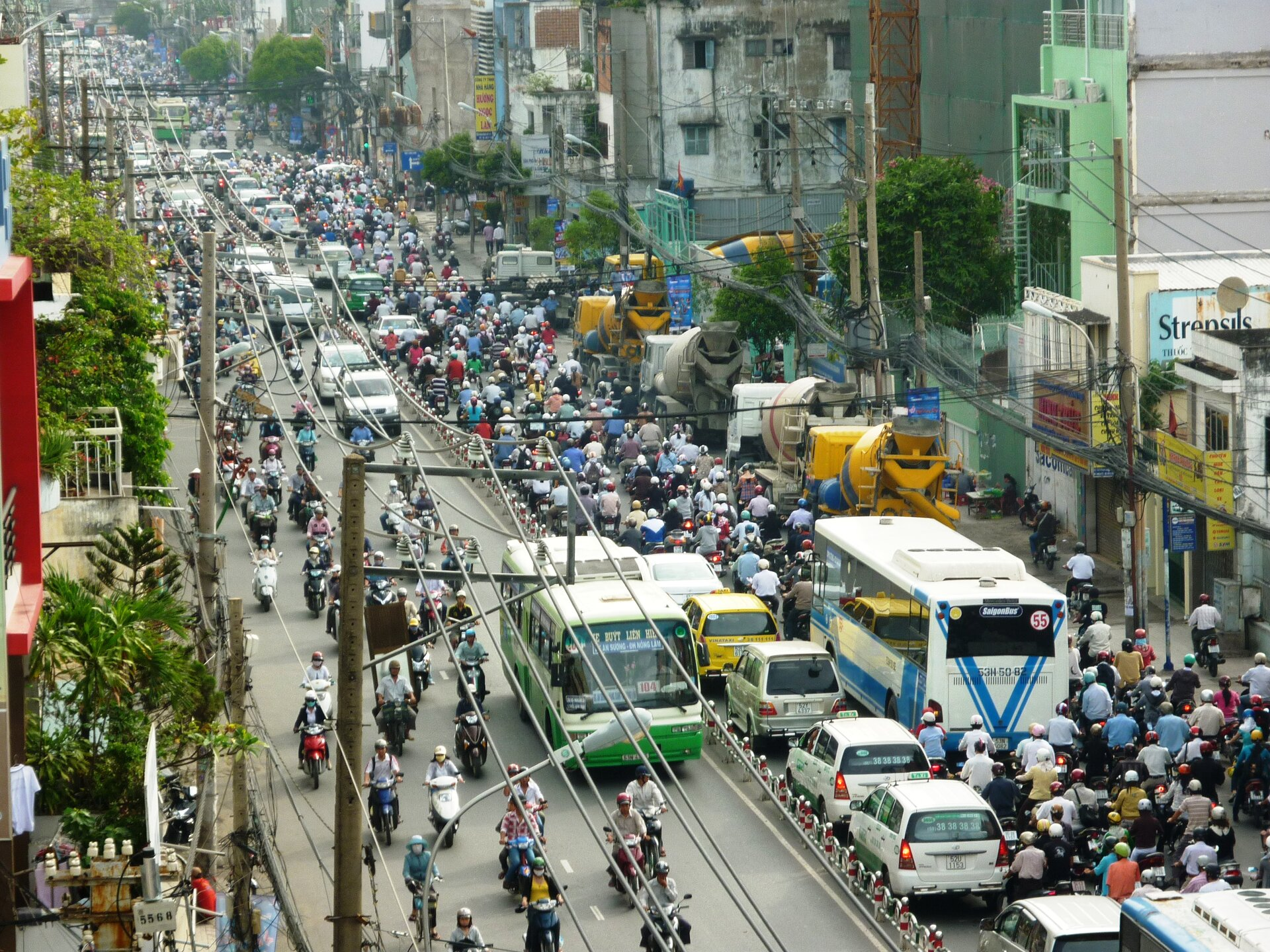 Na zdjęciu zatłoczona ulica wmieście. Bardzo duży ruch, przewaga motocykli.
