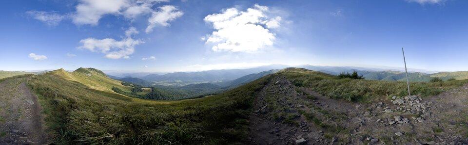 Druga fotografia, to panorama góra średnich – Bieszczady.