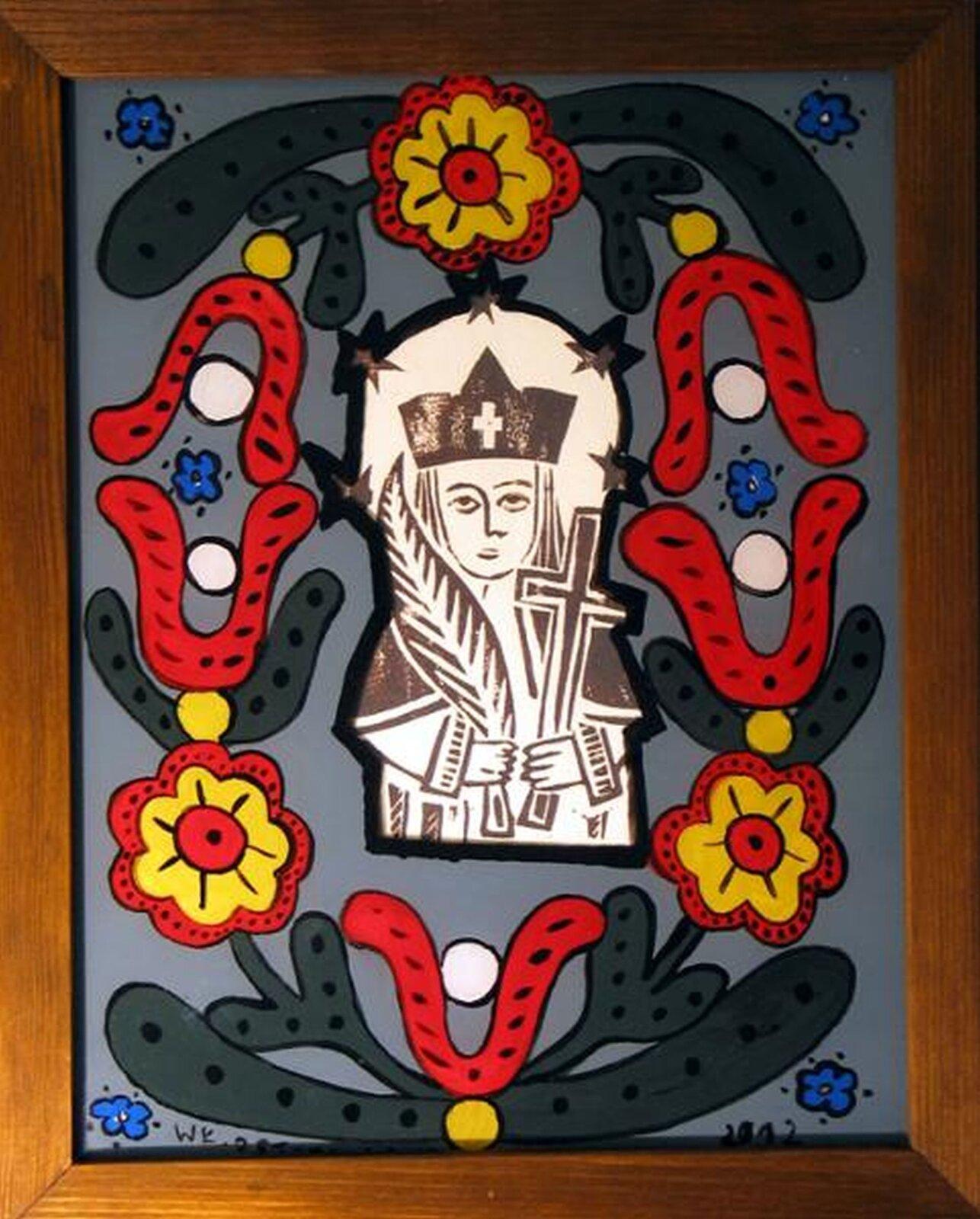"""Ilustracja przedstawia malowidło """"Św. Jan Nepomucen"""" Włodzimierza Ostoji-Lniskiego. Święty umieszczony jest wcentrum. Na głowie ma czarny biret zkrzyżem. Wjednej dłoni trzyma palmę, wdrugiej krzyż. Otoczony jest motywami ludowymi wpostaci kwiatów iliści."""