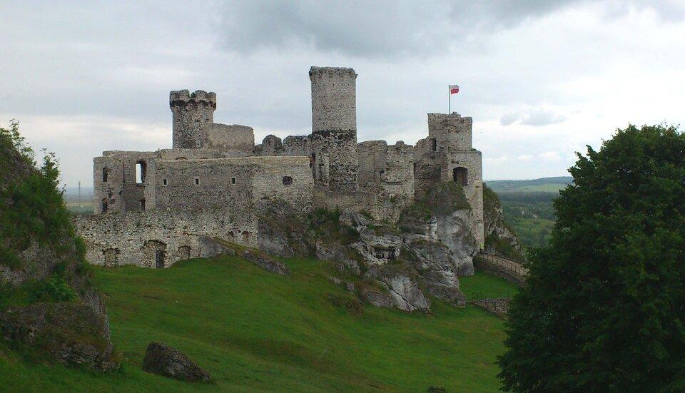 Na zdjęciu ruiny kamiennego zamku położonego na wzgórzu.