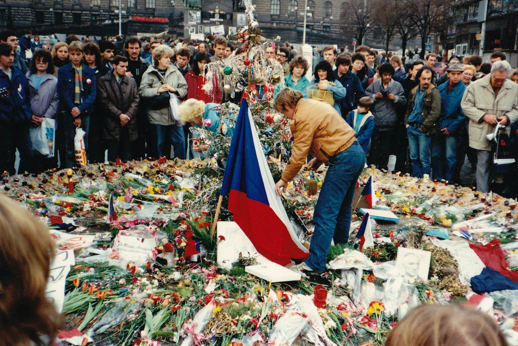 Demonstracja wPradze w1989 roku (w środku przy fladze Václav Havel) Źródło: Demonstracja wPradze w1989 roku (w środku przy fladze Václav Havel), Fotografia, licencja: CC BY-SA 3.0.