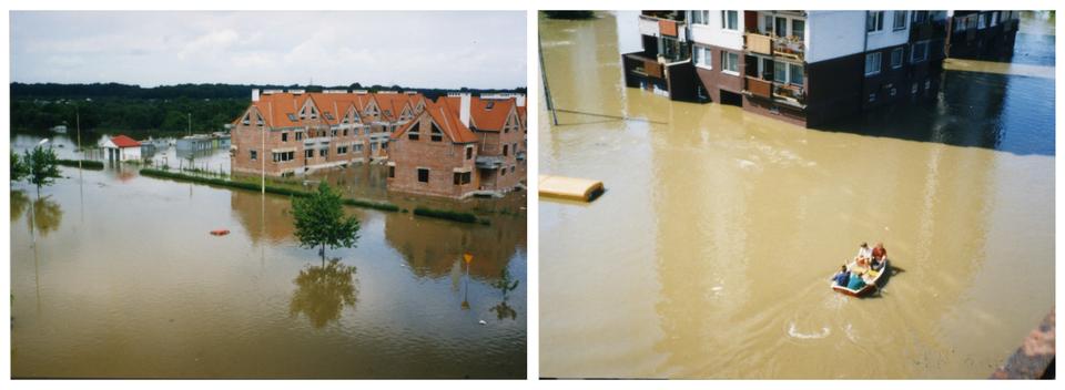 Ilustracja zawiera dwa zdjęcia przedstawiające miasto podczas powodzi na przykładzie Wrocławia latem tysiąc dziewięćset dziewięćdziesiątego siódmego roku. Lewe zdjęcie wykonane wsłoneczny dzień przedstawia teren zgóry. Na pierwszym planie zalane trawniki iścieżki na osiedlu miejskim. Obok drzewa widać wystający zwody sam dach samochodu. Nad powierzchnią wody widoczne zielone korony drzew. Na lewo widoczny czerwony dach niskiego zabudowania. Na prawo wgłębi kadru osiedle domów szeregowych wbudowie. Domy dwupiętrowe zcegły. Czerwone spadziste dachy. Wtle teren leśny. Niebieskie niebo. Zdjęcie po prawej stronie przedstawia zalane tereny przed blokiem na osiedlu oglądane zokien sąsiedniego bloku. Na pierwszym planie mętna brązowa woda. Na powierzchni wody łódź ratunkowa zczterema osobami. Wtle widoczne dolne piętra bloku zalanego wodą do połowy parteru. Po lewej stronie wystający zwody dach samochodu dostawczego lub autobusu komunikacji miejskiej.