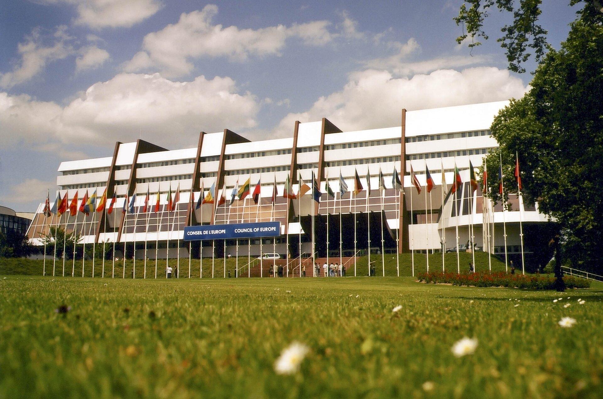 na zdjęciu widaćbudynek zwanym Pałacem Europy wStrasburgu, budynek ten jest siedzibąRady Europy