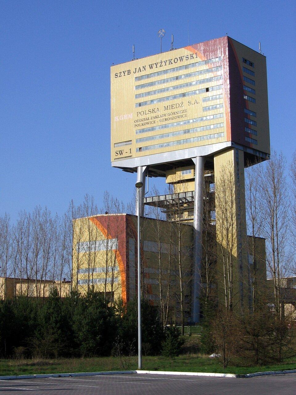 Na zdjęciu wieża nad szybem kopalni rud miedzi.