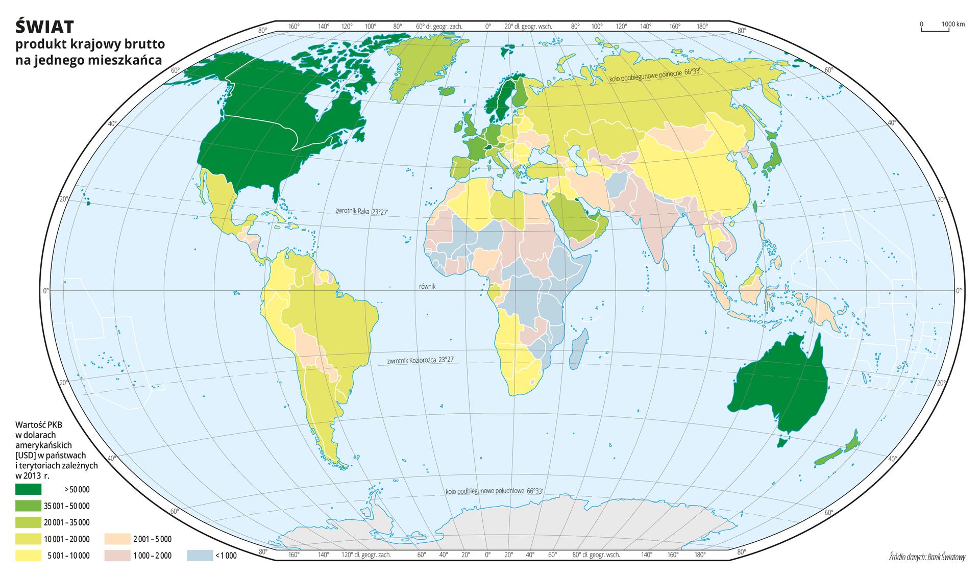 Ilustracja przedstawia mapę świata. Wody zaznaczono kolorem niebieskim. Na mapie za pomocą kolorów przedstawiono produkt krajowy brutto wdolarach amerykańskich na jednego mieszkańca wposzczególnych państwach wdwa tysiące trzynastym roku.Kolor ciemnozielony obrazuje wielkość produktu krajowego brutto powyżej pięćdziesięciu tysięcy dolarów amerykańskich na jednego mieszkańca iwystępuje wStanach Zjednoczonych, Kanadzie, Australii iSkandynawii. Jaśniejsze odcienie koloru zielonego występują wEuropie zachodniej (od dwudziestu do pięćdziesięciu tysięcy dolarów). Wschodnia część Europy, Ameryka Południowa iAzja wprzeważającej większości pokryte są odcieniami koloru żółtego (do pięciu do dwudziestu tysięcy dolarów). WAfryce iPołudniowej części Azji występuje kolor różowy iniebieski odzwierciedlające bardzo niskie wartości produktu krajowego brutto – poniżej pięciu tysięcy dolarów amerykańskich (kolor niebieski –poniżej jednego tysiąca dolarów).Mapa pokryta jest równoleżnikami ipołudnikami. Dookoła mapy wbiałej ramce opisano współrzędne geograficzne co dwadzieścia stopni. Na dole mapy narysowano osiem kolorowych prostokątów iopisano jaką wielkość produktu krajowego brutto wdolarach amerykańskich na jednego mieszkańca wposzczególnych państwach wdwa tysiące trzynastym roku obrazuje każdy kolor.