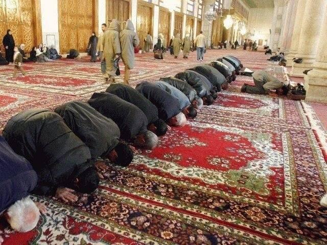 Muzułmanie modlący się wmeczecie Źródło: Antonio Melina/Agência Brasil, Muzułmanie modlący się wmeczecie, licencja: CC BY 3.0.