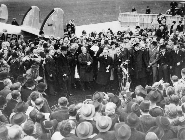 Premier Wielkiej Brytanii Neville Chamberlain po powrociedo kraju zMonachium Premier Wielkiej Brytanii Neville Chamberlain po powrociedo kraju zMonachium Źródło: domena publiczna.