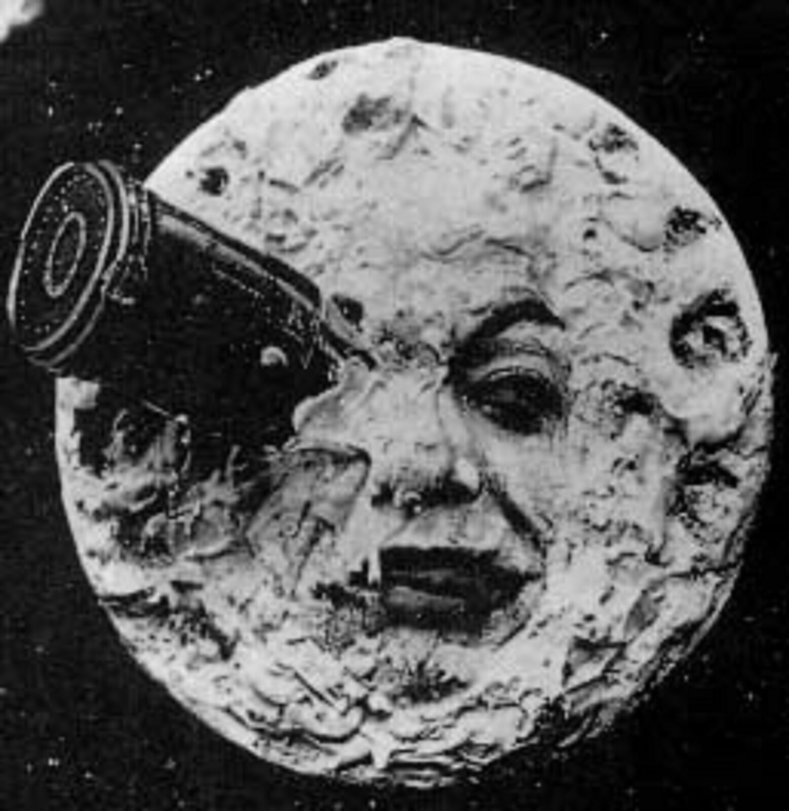 Ilustracja przedstawia czarno biały kadr zfilmu Podróż na księżyc, który prezentuje księżyc zoczami iustami. Wjednym oku księżyc ma zaaplikowaną lunetę.
