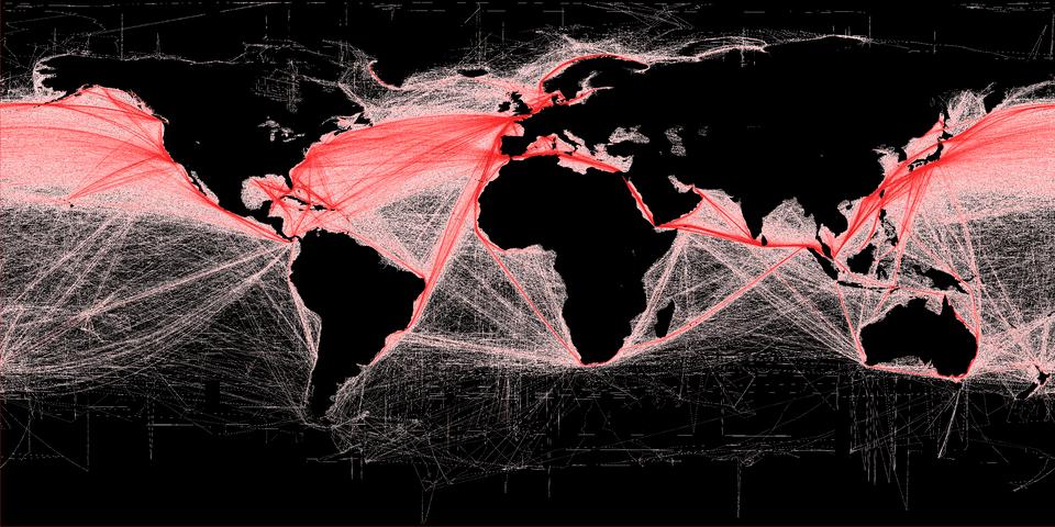 Na ilustracji mapa świata. Wody czarne. Lądy wkolorze czarnym. Wobrębie mórz zaznaczone czerwonymi liniami główne szlaki żeglugowe. Gęsta siatka linii. Najgęściejsza zEuropy do Ameryki Północnej izAmeryki Północnej do Azji.
