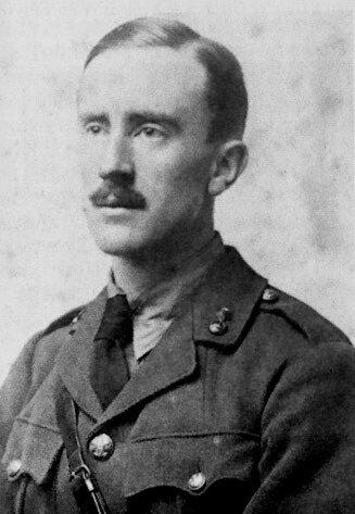 John R.R. Tolkien John R.R. Tolkien Źródło: zdjęcie czarno-białe, domena publiczna.