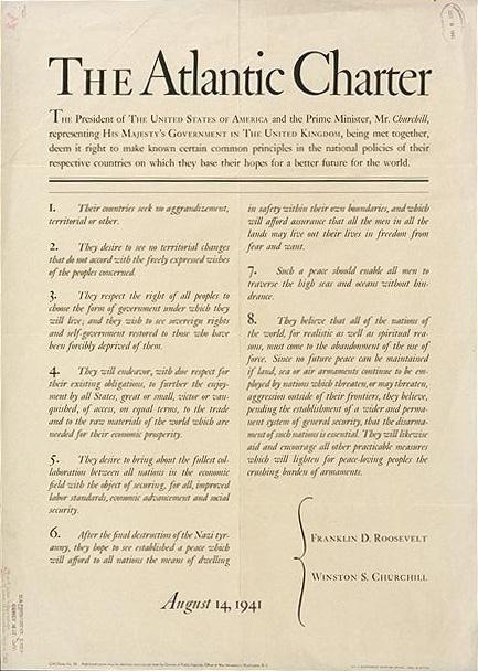 na zdjeciu widać dokument wjęzyku angielskim -Kartę Atlantycką.WKarcie okreslone zostałycele polityki Wielkiej Brytanii iUSA wokresieII wojny światowej oraz podstawowe zasady ładupowojennego.