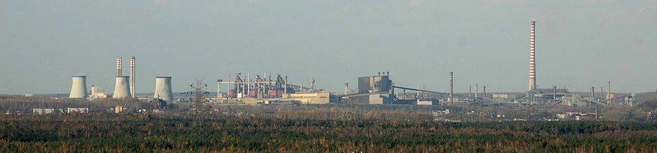 Na zdjęciu rozległe tereny przemysłowe, liczne kominy.