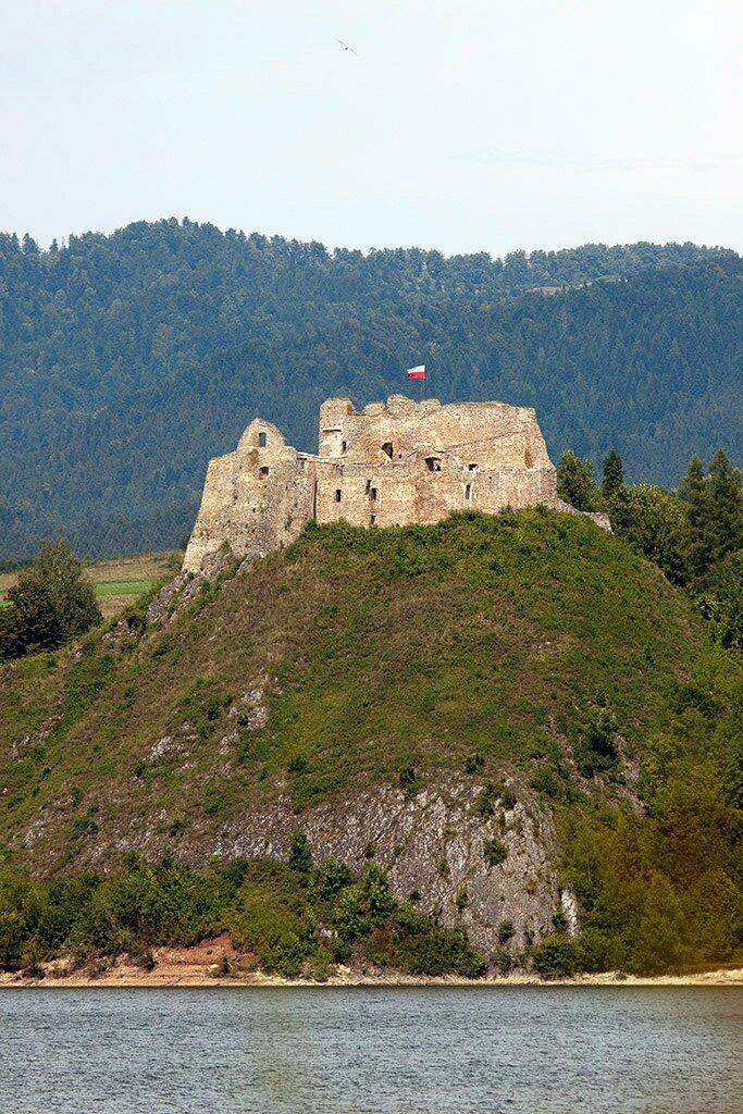Zamek wCzorsztynie Zamek wCzorsztynie Źródło: Adam Kumiszcza, licencja: CC BY-SA 3.0.