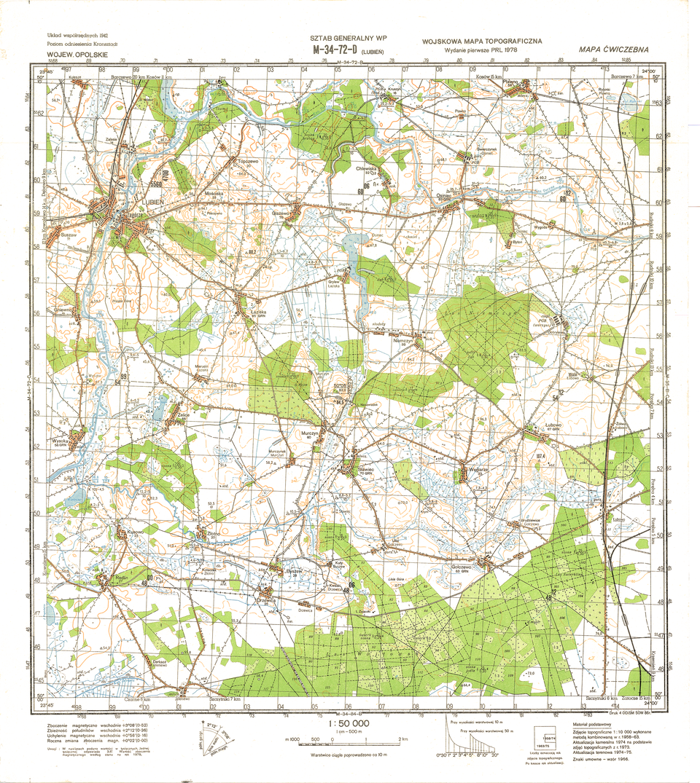 Ilustracja przedstawia przykładową mapę topograficzną. Tło mapy jest białe. Powierzchnie wkolorze zielonym to lasy, niebieskie linie to rzeki, linie pomarańczowe to poziomice, niebieskie powierzchnie to zbiorniki wodne. Linie podwójne wkolorze czarnym, pomiędzy którymi jest białe lub pomarańczowe tło to drogi. Pojedyncze czarne, cieńsze linie to drogi gruntowe. Grube czarne linie to koleje. Na mapie jest siatka, dzieląca całą mapę na małe kwadraty. Każdy kwadrat ma bok odługości jednego kilometra wterenie, dlatego siatka nazywa się siatką kilometrową. Dokoła mapy znajduje się ramka podzielona na krótkie fragmenty, przy granicy których opisana jest długość iszerokość geograficzna co jedną minutę. Na dole znajdują się różne objaśnienia, awśród nich podziałka liniowa. Na górze mapy znajduje się oznaczenie literowo-cyfrowe wskazujące, który to arkusz mapy topograficznej.