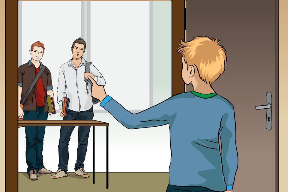 Po wyjściu zklasy jeden zuczniów upewnia się, że wsali obok również usłyszeli komunikat. Rysunek prezentuje, jak chłopak otwiera drzwi iwidzi kilkoro innych uczniów gotowych do wyjścia na korytarz. Wykonuje dłonią gest, który wygląda jak przypomnienie oewakuacji.