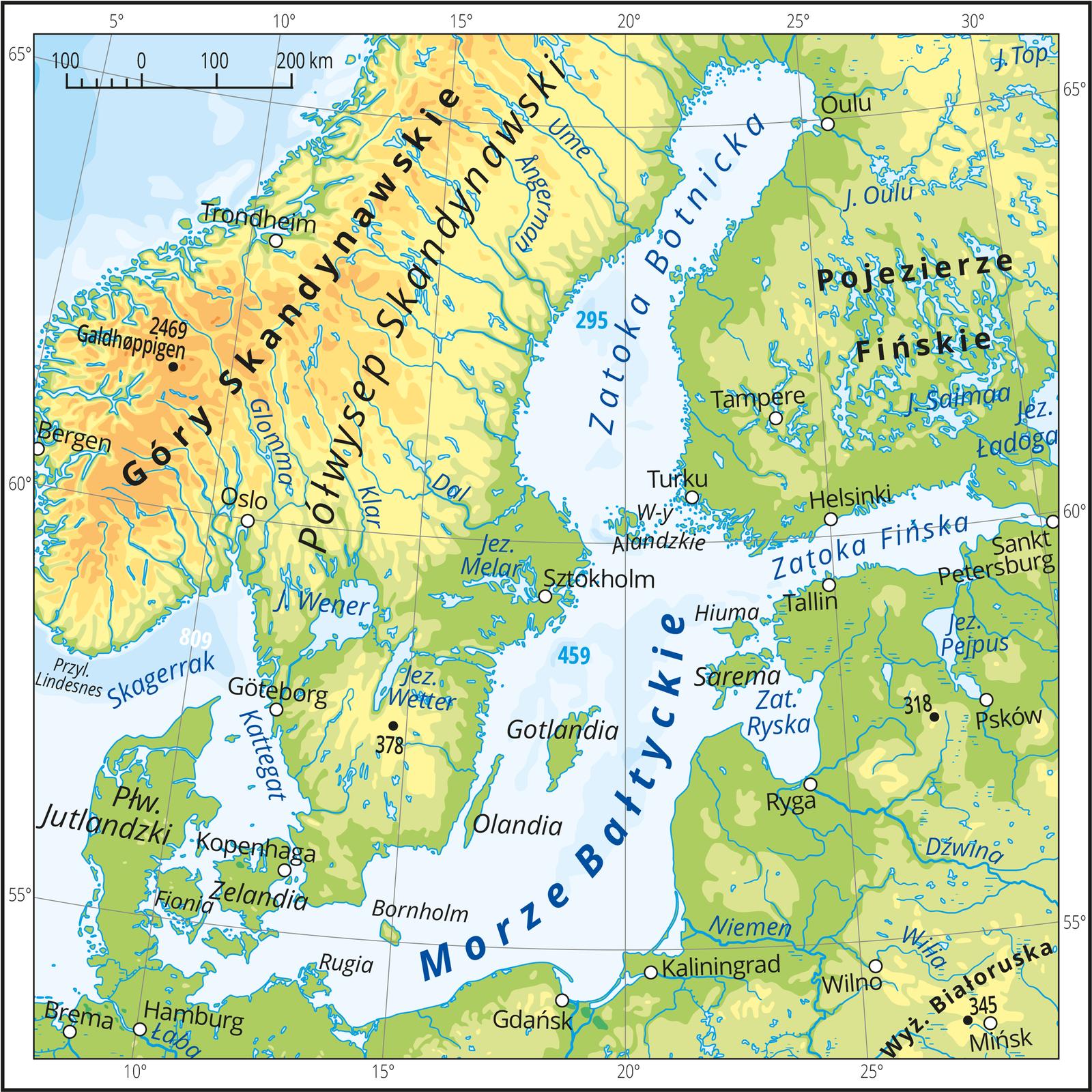 Ilustracja prezentuje mapę Morza Bałtyckiego iokalających go lądów. Mapa pokryta jest równoleżnikami ipołudnikami. Dookoła mapy wbiałej ramce opisano współrzędne geograficzne co pięć stopni. Morze Bałtyckie jest niezbyt szerokie iwydłużone, rozciąga się od południowego zachodu wkierunku północy. Otoczone jest lądami od południa, wschodu ipółnocy oraz częściowo od północnego zachodu. Na południowym zachodzie znajduje się kilka wąskich pasów wody pomiędzy lądami, nazywanych cieśninami, które łączą Morze Bałtyckie zMorzem Północnym. Bałtyk posiada kilka zatok, czyli wód otoczonych ztrzech stron lądami. Największa to Zatoka Botnicka na północy. Wody Bałtyku są stosunkowo płytkie ioznaczone wdwóch odcieniach niebieskiego: jasnoniebieskim iniebieskim. Na Bałtyku znajdują się liczne mniejsze iwiększe wyspy, np. Gotlandia, Zelandia. Tereny lądowe są pokryte głównie obszarami nizinnymi wkolorach: ciemnozielonym, zielonym, żółtym oraz rzekami ijeziorami wkolorze niebieskim. Jedynie po stronie północno-zachodniej mapy na Półwyspie Skandynawskim oznaczono kolorem jasnobrązowym Góry Skandynawskie.
