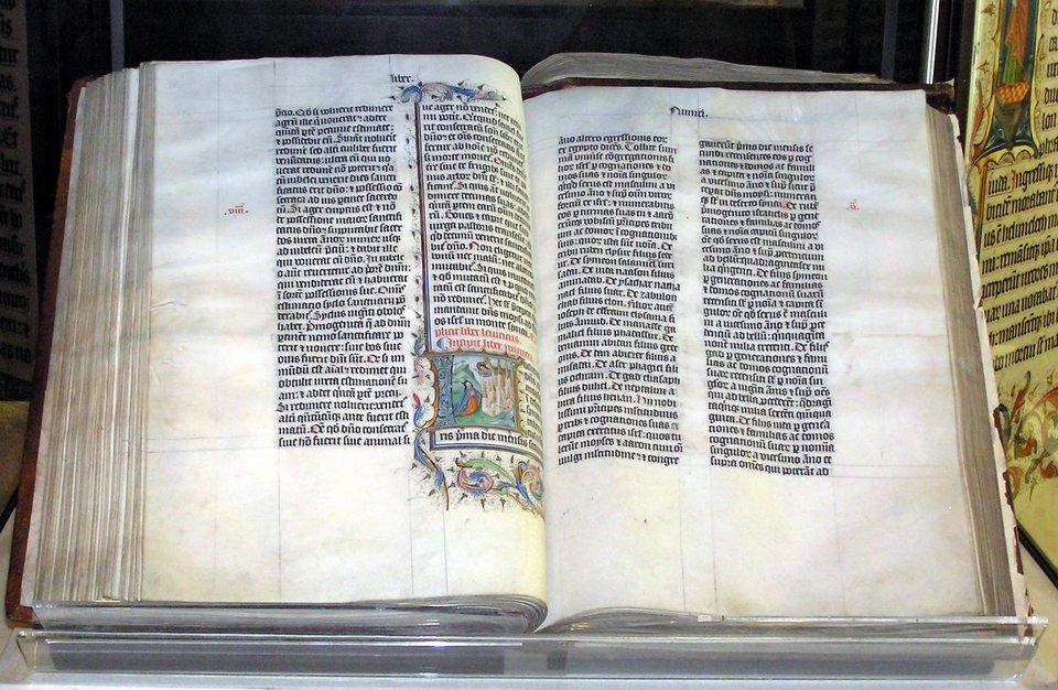 Ręcznie przepisany egzemplarz Biblii łacińskiej z1407 r. Źródło: Ręcznie przepisany egzemplarz Biblii łacińskiej z1407 r., 2005, zdjęcie, domena publiczna.