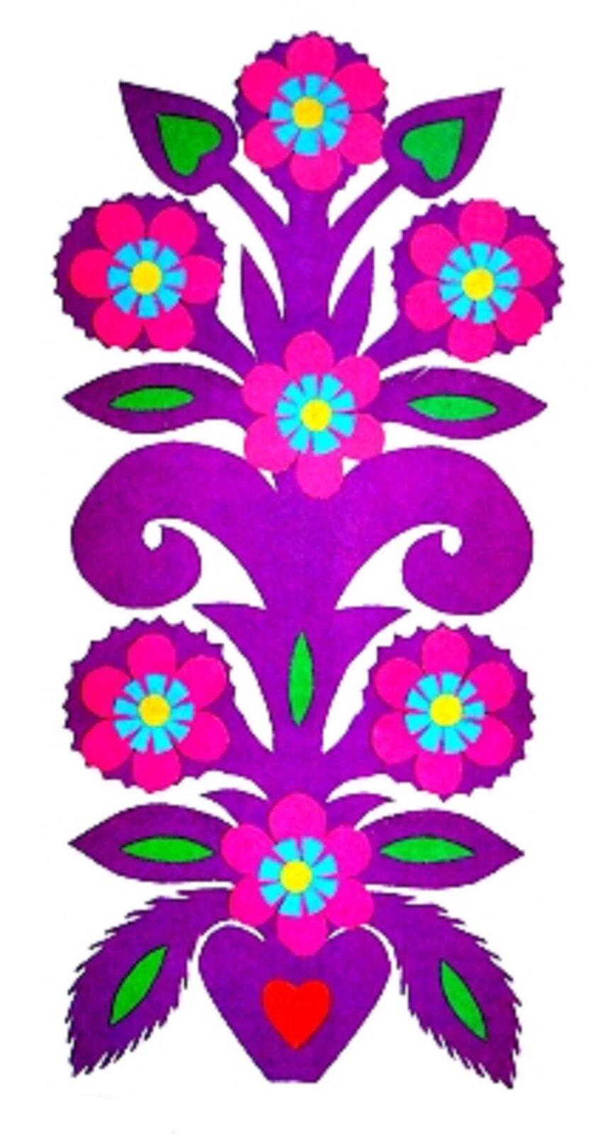 Ilustracja przedstawia kolorowe wzory - kurpiowską zielkę. Wzór przypomina roślinę, która jest wdonicy. Powyżej są kwiaty oróżowo-niebieskich płatkach iżółtych środkach. Na boki opadają listki. Cała łodyga za wyjątkiem kwiatów jest fioletowa.