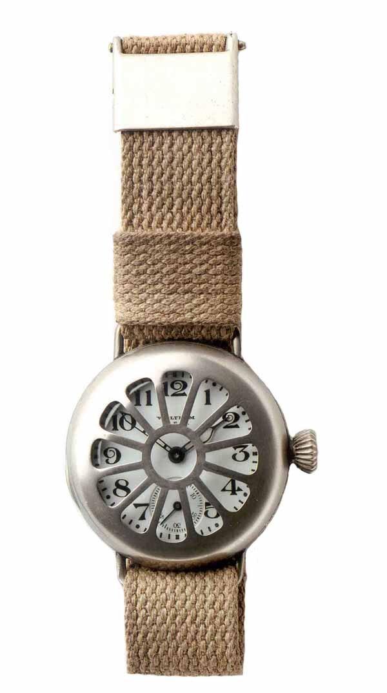Wczesny zegarek naręczny Waltham, noszony przez żołnierzy podczas Iwojny światowej Wczesny zegarek naręczny Waltham, noszony przez żołnierzy podczas Iwojny światowej Źródło: Museumsfoto, fotografia barwna, licencja: CC BY-SA 3.0.