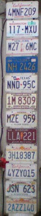 różne wzory amerykańskich tablic rejestracyjnych