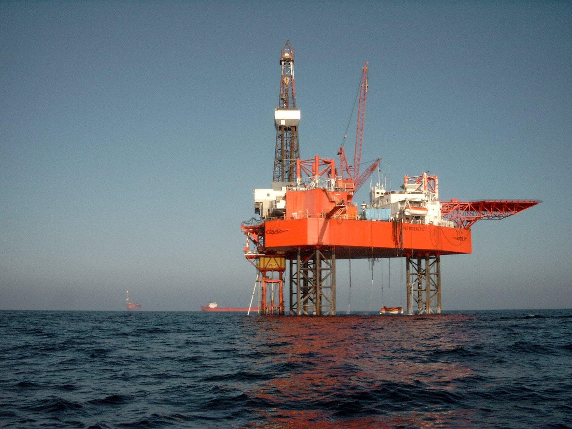 Na zdjęciu platforma wydobywcza zamontowana na kilku palach stojących wwodzie. Na niej urządzenia przemysłowe, dźwigi.