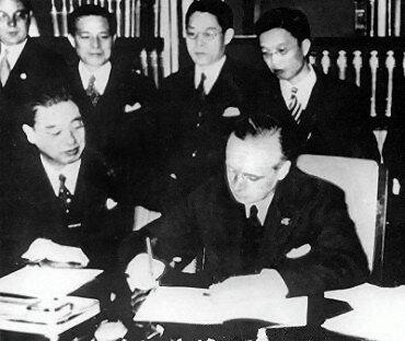 Podpisanie paktuantykominternowskiego przez Kintomo Mushanokoji iJoachima von Ribbentropa 25 listopada 1936 roku Podpisanie paktuantykominternowskiego przez Kintomo Mushanokoji iJoachima von Ribbentropa 25 listopada 1936 roku