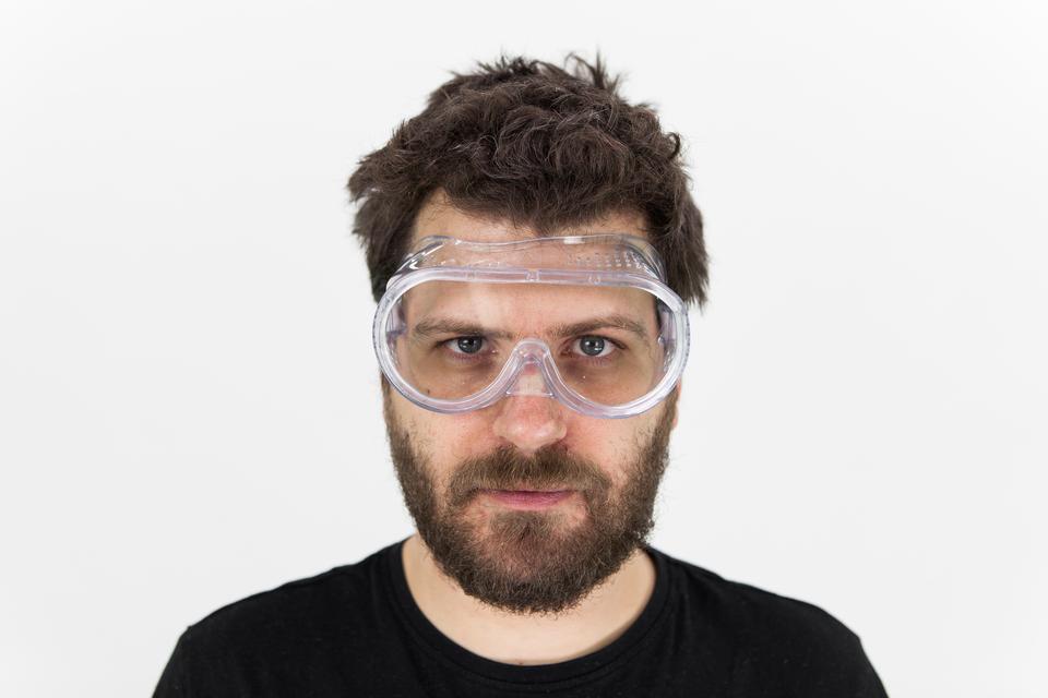 Zdjęcie człowieka wokularach ochronnych