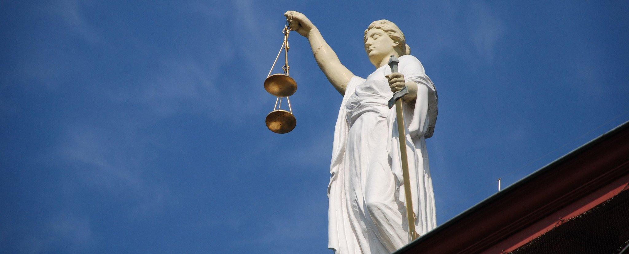 Postać Temidy zwagą symbolizuje sprawiedliwość sądów Postać Temidy zwagą symbolizuje sprawiedliwość sądów Źródło: licencja: CC 0.