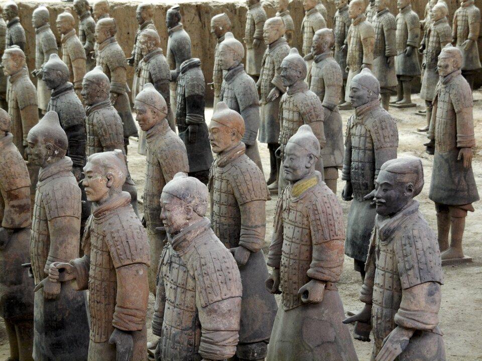 Na zdjęciu figury żołnierzy zwypalonej gliny, nieco poblakłe. Figury różnią się, mają inne twarze, podobne stroje inakrycia głowy.