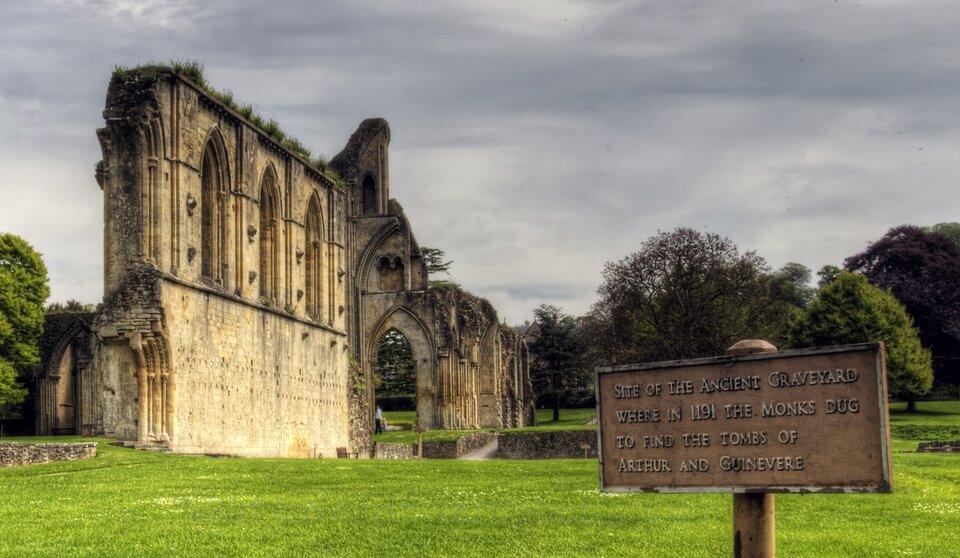 Miejsce pochówku króla Artura, Glastonbury Abbey Źródło: Neil Howard, Miejsce pochówku króla Artura, Glastonbury Abbey, fotografia barwna, licencja: CC BY-NC 2.0.