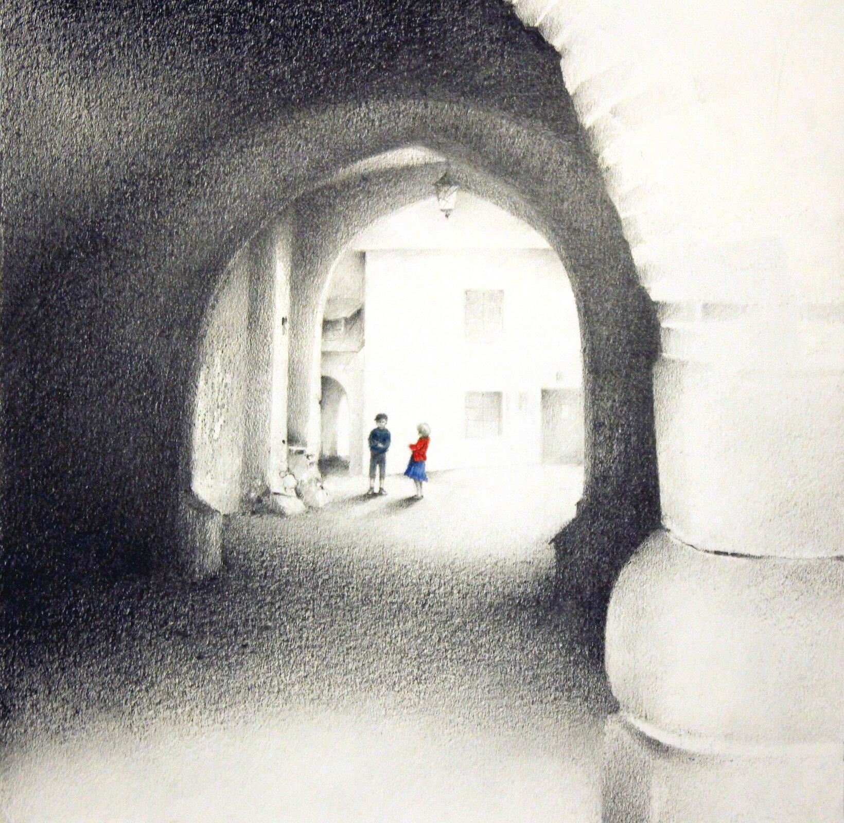 """Ilustracja przedstawia rysunek """"Nidzica II"""" autorstwa Weroniki Tadaj-Królikiewicz. Po prawej stronie pierwszego planu znajduje się jasna plama kolumny, dalej ukazany jest fragment tonących wmroku podcieni złukowatym sklepieniem. Wgłębi została narysowana skąpana wświetle słońca kamienica, przed którą stoi para dzieci. Ciemne sylwetki wyraźnie rysują się na tle białej ściany. Czerwony sweterek iniebieska spódniczka stanowią wyraźny akcent kolorystyczny wutrzymanym wszarościach, ołówkowym, delikatnym rysunku."""