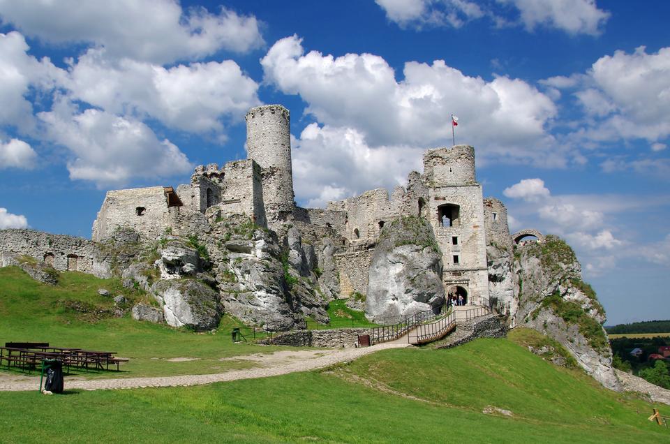 Fotografia prezentująca ruiny zamku umiejscowionego na wapiennym wzgórzu koło Ogrodzieńca.