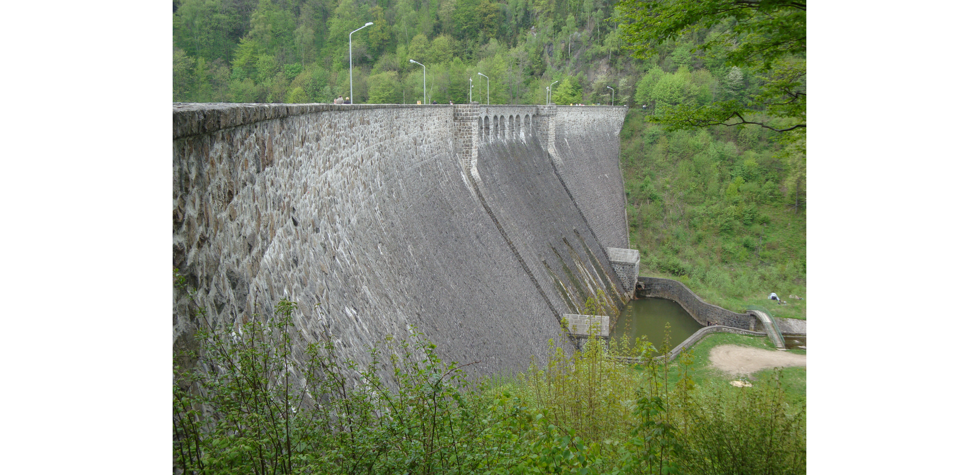 Ilustracja przedstawia ujęcie wody wkorpusie zapory.