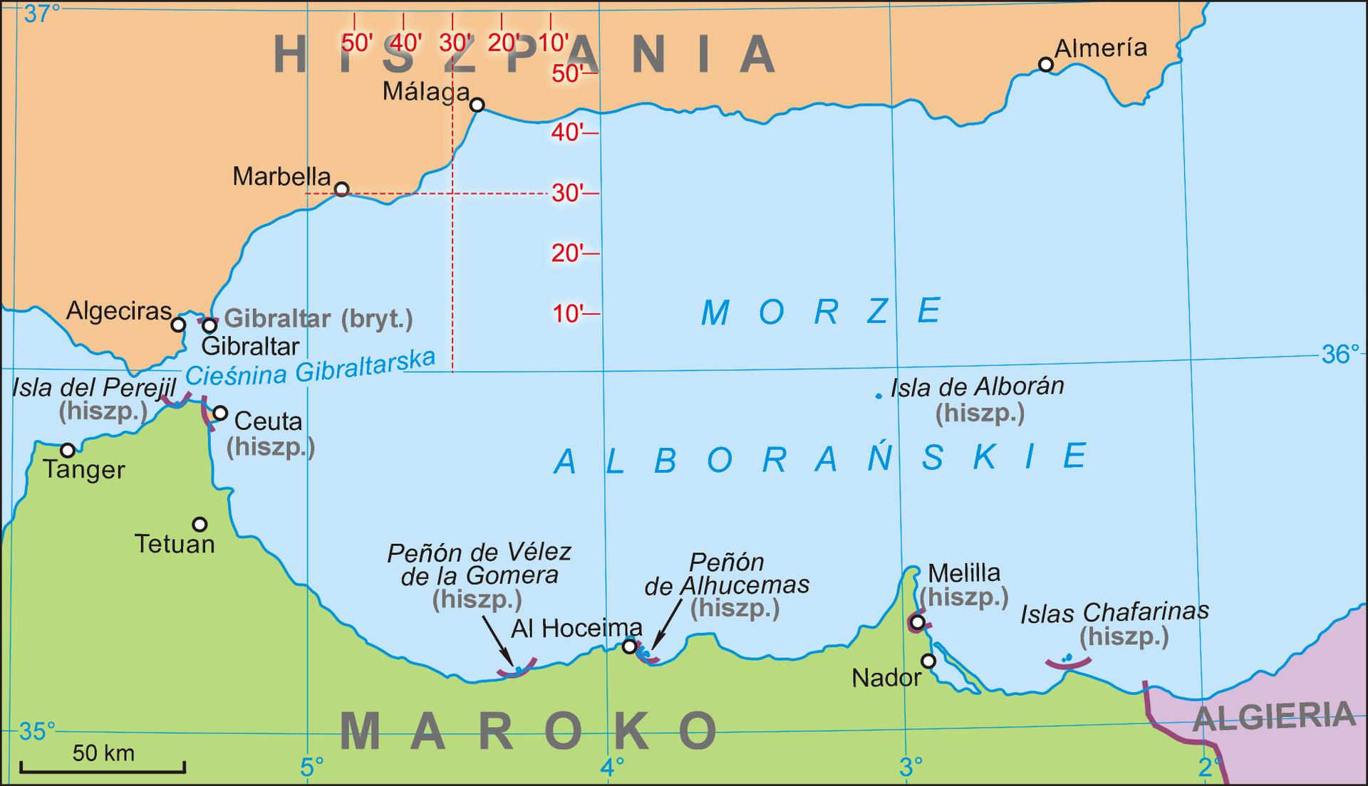 Ilustracja przedstawia mapę wkształcie prostokąta. Prostokąt ułożony poziomo. Środek mapy wkolorze niebieskim to Morze Alborańskie. Wzdłuż dolnej krawędzi mapy wybrzeże Afryki. Linia brzegowa Afryki na mapie znajduje się około dwa centymetry od krawędzi mapy. Wzdłuż zmiennej linii brzegowej zaznaczone są największe miasta. Nazwy miast wjęzyku hiszpańskim. Wprawym dolnym rogu państwo Algieria. Lewą stronę mapy zajmuje wysunięta na północ część lądu. Na wysuniętej części znajdują się miasta Tanger, Ceuta oraz Tetuan. Wzdłuż górnej krawędzi mapy rozciąga się wybrzeże Hiszpanii. Lewa strona mapy to wysunięta część lądu wkierunku południowym. Mapa pokryta jest siatką równoleżników ipołudników. Siatka opisana jest na brzegach mapy.