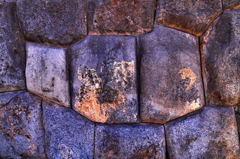 Dopasowanie kamieni wbudowlach inkaskich Dopasowanie kamieni wbudowlach inkaskich Źródło: Martin St-Amant, 2009, Wikimedia Commons, licencja: CC BY-SA 3.0.